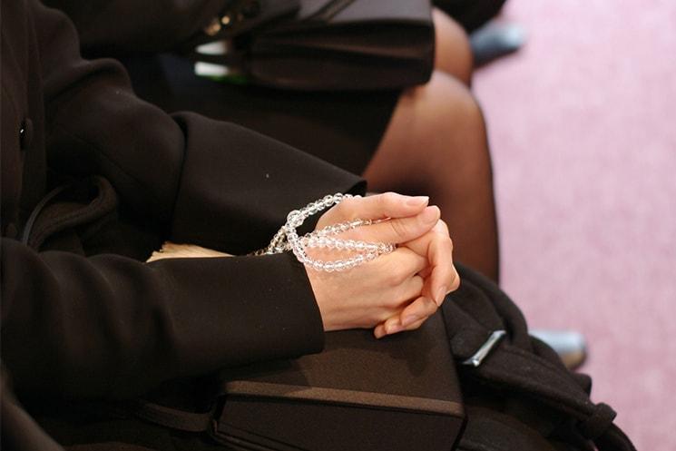 葬儀女性の手元