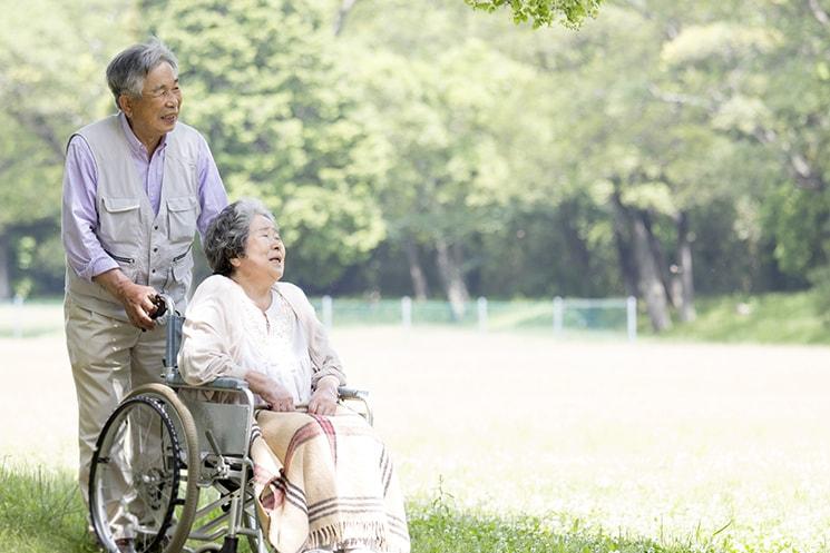 車椅子と老夫婦