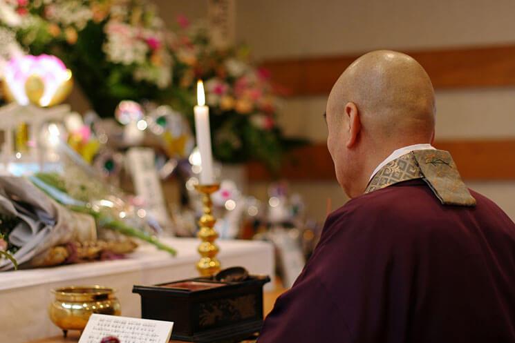 祭壇前に僧侶