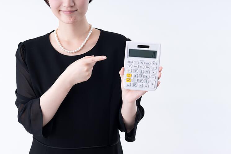 女性と電卓